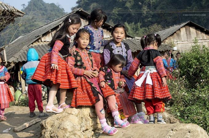 Trẻ em H'Mông xúng xính đón tết ở Vân Hồ